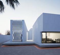 Una Vivienda trazada como un Lienzo Puro y Blanco por Carlos Ferrater #architecture #arquitectura