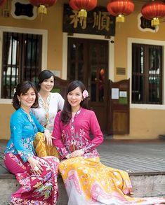 nyonya kebaya batik sarong singapore Kebaya Lace, Batik Kebaya, Singapore Costume, Malaysian Batik, Lace Skirt, Lace Dress, Costume Accessories, Traditional Dresses, Asian Fashion