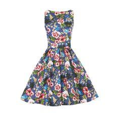 Lady V London Kingfisher Tea Retro šaty ve stylu 50. let. Dokonalý model pro slunečné letní dny - na zahradní oslavy, svatby, večírky pod širým nebem. Kouzelný motiv kolibříků a barevných květů vás přenese do dálek. Příjemný pružný materiál (97% bavlna, 3% elastan), pohodlný střih s lodičkových výstřihem, vzadu lehce vykrojené se zapínáním na zip a vázačkou zajistí skvělé přilnutí k vaší postavě. Můžete doplnit spodničkou v délce nad kolena (23´´).
