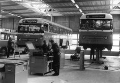 """1962-1967. Interieur van de remise van het Gemeentelijk Energie- en Vervoerbedrijf (G.E.V.U., Europalaan 8) te Utrecht: werkplaats, met de Leyland/Werkspoor autobussen 49 en 43 (serie 41-60, """"Worldmaster"""")."""