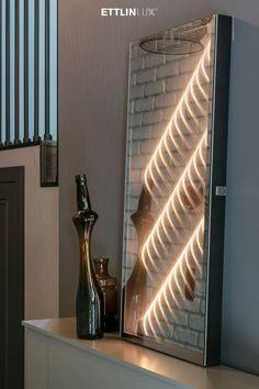 Ambiloom® Mirror 800 ist ein moderner Wandspiegel mit ambienter Beleuchtung. Eine Kombination aus Licht und Textil schafft unvergleichliche Lichteffekte in der Spiegelung. Das verleiht dem Design Spiegel weitaus mehr als elegante Funktionalität. Er ist ein Stück Kunst, das Ihrer Wanddekoration ein besonderes Highlight gibt. Light Bulb, Wall Lights, Mirror, Lighting, Design, Home Decor, Indirect Lighting, Interior, Homes