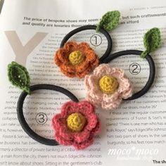 ◆◆ご注文の際には、ご希望の番号をお知らせください◆◆毛100%(ソフトメリノ入り)で編みあげた巻き薔薇モチーフをヘアゴムに仕上げています。葉っぱモチーフをワンポイントにしています。(葉っぱモチーフは移動できますので、お花の下でも可愛いです)髪の毛を束ねる時以外は、手首につけていただいても可愛いです。巻き薔薇モチーフ・・・約6センチゴム・・・台付きゴム☆オーダーメイド☆ soldoutの作品や同じ作品を複数ご希望の際は、糸の在庫がある場合 喜んで編ませていただきますのでお問い合わせ下さいませ。 (糸の在庫がない場合は、お受けできません)