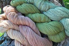 chopped avocao peel 600 grms foxglove blossoms lighter shades on wool deeper shades on superwash merino Fabric Yarn, How To Dye Fabric, Dyeing Fabric, Dyeing Yarn, Natural Dye Fabric, Natural Dyeing, Creative Textiles, Shibori, Indigo Dye