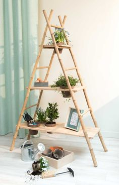 An ingenious and aesthetic DIY from two bamboo ladders and three . Un DIY ingénieux et esthétique à partir de deux échelles en bambou et de tro… An ingenious and aesthetic DIY from two bamboo ladders and three wooden shelves Interior Garden, Diy Interior, Bamboo Ladders, Bamboo Shelf, Diy Rangement, Bamboo House, Bamboo Crafts, Bamboo Design, Bamboo Furniture