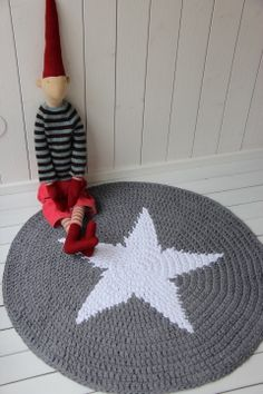 Virkattu tähtimatto 100cm (harmaa/valkoinen) Knit Rug, Knit Crochet, Cotton Cord, Rugs And Mats, Crochet Stars, Crochet Home Decor, Tapestry Crochet, T Shirt Yarn, Beautiful Crochet
