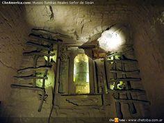 Imagen o sitio recreado dentro del Museo de Tumbas Reales del Señor de Sipán que muestra la forma que tenía la tumba REAL (de REY, REALEZA) dónde fueron encontrados los restos de Sipán y todas sus riquezas, ofrendas, pertenencias. Recreación de la cámara funeraria del gobernante. 8 personas acompañaron los restos de Sipán en su tumba. 3 mujeres jóvenes, dos hombres hacia ambos lados, un niño, un soldado, un vigía, 2 llamas y un perro. Se especula que hayan sido enterrados con él y con vida