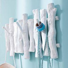Ob Jacken, Taschen, Regenschirme oder Hüte: Schnell zur Hand und wieder abgelegt sind diese Utensilien an einer Garderobe. Wir zeigen dir 18 praktische und gleichermassen stylische Aufhängevorrichtungen, die du kaufen oder aber auch ganz einfach selber machen kannst.