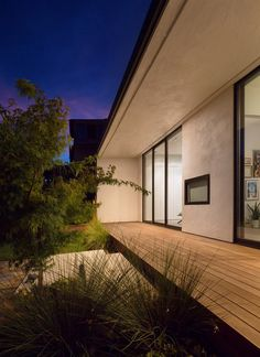 Image 8 of 13 from gallery of Peninsula Addition / Michael Hennessey Architecture. Photograph by Adam Rouse Board Formed Concrete, Concrete Retaining Walls, Concrete Stone, House Roof, Architecture Photo, Ranch Style, Skylight, Detached House, Windows And Doors