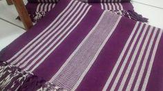Kit Tapete com 3 peças feito em tear <br> <br>Possui três peças confeccionados em algodão. <br>Os tapetes possuem franjas nas extremidades, decorando o ambiente. <br>O Kit é perfeito para quem busca bem estar e conforto. <br> <br>Modelo / Composição: Feito em tear com fios de algodão <br> <br>Conteúdo da embalagem: <br>1 Passadeira medindo 1,70 x 0,45 <br>2 Tapetes medindo 0,85 x 0,45 <br> <br>Peso: 1,125 <br> <br>Lavagem e Limpeza: Pode ser lavado na máquina/ Não usar alvejante/ Não secar…