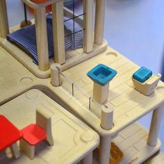 La Creative Play House est une maison de poupées en bois, meublée, écologique, saine et durable, dont les différentes parties sont modulables. #PlanToys #JouetsEnBois #JouetsEcologiques