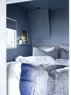 Vegger og tak er malt med LADY 4629 Skyggeblå Blue Bedroom Walls, Room Decor Bedroom, Home Bedroom, Modern Bedroom, Blue Walls, Bedroom Signs, Bed Room, Bedroom Ideas, Summer Cabins