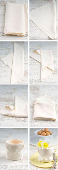 Servilletas dobladas como potecito http://www.decorarhogar.es/formas-doblar-servilletas-papel-tela/