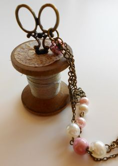 Collana color bronzo con ciondolo forbice di AttraversoLoSpecchio, €18.00