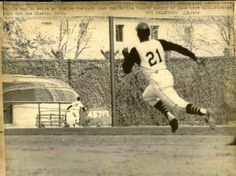 Roberto Clemente, PIT, running out an inside-the-park HR at Forbes Field Negro League Baseball, Baseball Players, Baseball Cards, Baseball Photos, Baseball Scrapbook, Pittsburgh Pirates Baseball, Pittsburgh Sports, Roberto Clemente, Pirate Pictures