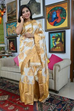 This app includes a collection of best handpicked Indian Bridal Dresses. Assam Silk Saree, Indian Silk Sarees, Indian Beauty Saree, Indian Blouse, Indian Wedding Bride, Indian Bridal, White Sari, Golden Saree, Beautiful Women Over 40