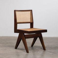 La Galerie Downtown présente du mobilier de Pierre Jeanneret : Chaise Sénat, Fauteuil cinéma, table de lecture, plan de Chandigarh, salon canné...