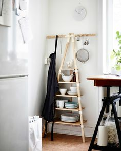Astioita ja esiliina IKEA PS 2014 -seinähyllyssä.