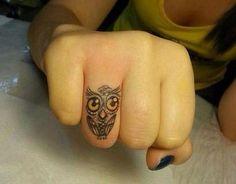 Tattoo mano gufetto