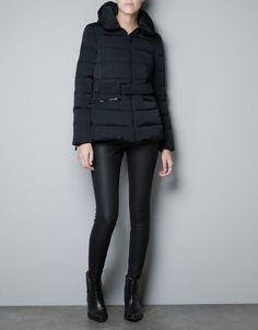 Zara, piumino nero - Dalla collezione di Zara cappotti Autunno 2012 piumino nero con collo avvolgente.
