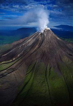 Volcano Bagana, Papua New Guinea Oceanía. Volcan Eruption, Papua Nova Guiné, Timor Oriental, Monte Fuji, Active Volcano, Natural Phenomena, Papua New Guinea, Countries Of The World, Beautiful Islands