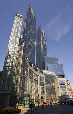 NYC. Time Warner Center, Columbus Circle.  Gigantesque complexe commercial et artistique. Il constitue le coeur culturel de New York depuis son inauguration en 2003.