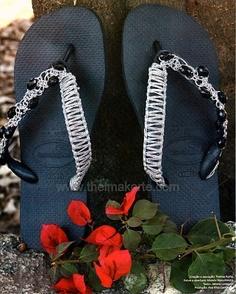 chinelos customizados com macramê e contas de acrílico por Thelma Korte.