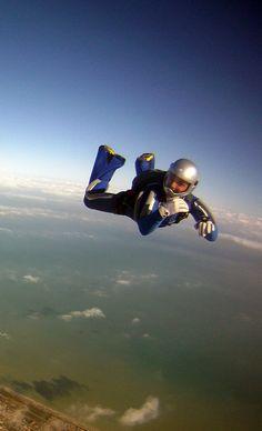 Foto in caduta libera presso la FlyZone di Fermo con sfondo del mar Adriatico