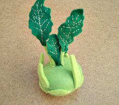 Kedlubna od zahradníka Motyčky Kedlubna z plsti plněná polyesterovým kuličkovým rounem. Hračka do dětské kuchyňky či obchůdku, didaktická pomůcka. Průměr kedlubny: 6 cm, výška i s listy 12 cm. Další zeleninu od zahradníka Motyčky najdete ZDE.