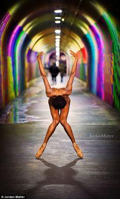 В новом проектефотографа и портретистаДжордана Мэттера сотни балерин по всему мира разделись для грандиозной фотосессии. Снимки, демонстрирующиеизящество тел артистоки красоту танца, были сделанына фоне достопримечательностей городов США, Канады и Европы.