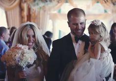 Noivo interrompe casamento parar fazer emocionante declaração à enteada. Assista ao vídeo!