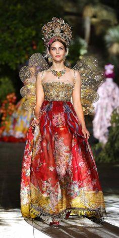 fashion 2015 Dolce and Gabbana chose Portofino as the location to launch their new haute couture ( alta moda in their mother tongue) on the world. Not just alta moda, but alta sartoria an Diva Fashion, Runway Fashion, Fashion Show, Fashion Design, Fashion 2015, Fall Fashion, Fashion Trends, Mode Baroque, Vestido Charro