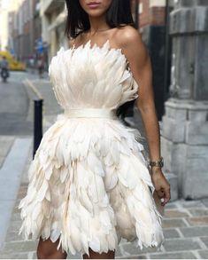 This beautiful feather dress made longer. Look Fashion, Fashion Outfits, Fashion Design, Luxury Fashion, High Fashion Dresses, 90s Fashion, Trendy Fashion, Fashion News, Runway Fashion