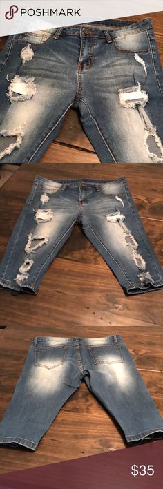 Destroyed denim Capris Super cute 4 pocket jean capris ! Sz large in juniors ! No trades Pants Capris