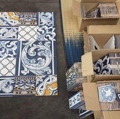 Barocke Motive im Wechsel mit graphischen Mustern -  spannender Mix Portugal, Decorative Boxes, Home Decor, Scrappy Quilts, Tiles, Baroque, Decoration Home, Room Decor, Home Interior Design