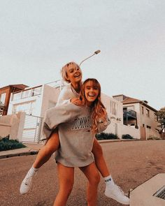 Cute Poses For Pictures, Cute Friend Pictures, Best Friend Pictures, Besties, Bestfriends, Friendship Photos, Friend Poses, Friend Picture Poses, Best Friend Photography
