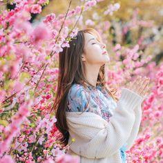 Pretty Korean Girls, Cute Korean Girl, Beautiful Asian Girls, Korean Girl Photo, Best Photo Poses, Pose Reference Photo, Girls With Flowers, Sakura, Pink Blossom