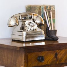Old fashioned stye telephones in silver chrome for the home phones with old vintage 1930 curves, classic antique style phone for the home or office desk Gadgets, Fine Hotels, Curve Design, Home Phone, Antique Desk, Mid Century Style, Diy For Girls