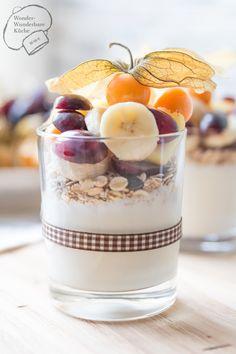 Frühstücksjoghurt mit Obst. Lecker selbst gemacht. Rezept. Joghurt mit Honig und Früchten. Joghurt-Müsli. Frühstück. Obstjoghurt. Vitaminreiches Frühstück. Saisonobst.
