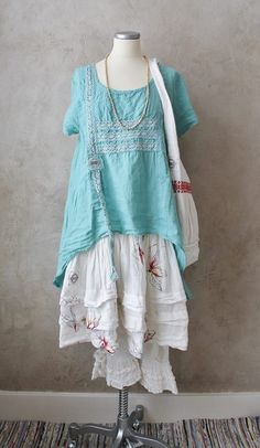 I love this aqua tunic teamed with the white skirt and lower layers.  Summertime lagenlook at its best.
