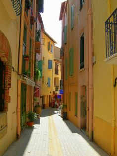 .~a sunny alleyway in Collioure, France~.