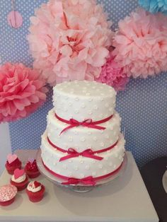 Wedding Cake: Full of Flower with pink ribbon von Style your Cake.