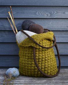 Hæklet taske. Tasken er stor og rummelig og garanteret lige sådan én, du mangler.