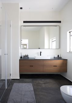 Image 17 of 52 from gallery of Villa in Herzliya Pituach / archiFETO. Courtesy of archiFETO Timeless Bathroom, Modern Bathroom Decor, Modern Bathroom Design, Contemporary Bathrooms, Bathroom Interior Design, White Bathroom, Small Bathroom, Modern Bathroom Cabinets, Modern Design