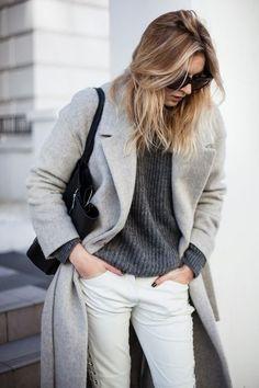 Harmonise un manteau gris avec un pantalon slim blanc pour se sentir en toute confiance et être à la mode.