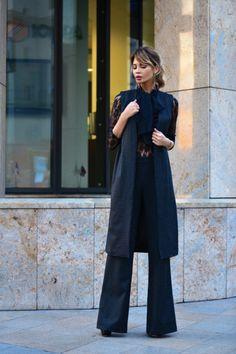 Хит этой осени. Потрясающий брючный костюм на шелковой подкладке из итальянской ткани : удлиненный жилет, брюки. Отлично смотрится как со свитером так и с любой шелковой блузой или рубашкой. Комплект можно дополнить большим браслетом или ожерельем, а так же клатчем или массивной сумкой.
