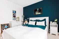 Sypialnia ze ścianą w intensywnym morskim kolorze - zdjęcie od Decoroom - Sypialnia - Styl Prowansalski - Decoroom
