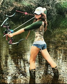 Responsible hunting, game management and wildlife conservation are important aspects of any wild game hunting, but many find the challenge of deer hunting to be the most challenging. Here are some ideas and deer hunting tips to make y Bow Hunting Women, Hunting Girls, Archery Girl, Archery Bows, Hot Country Girls, Country Women, Outdoor Girls, Redneck Girl, Bowfishing