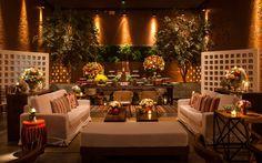 Lounge rústico e colorido decorado