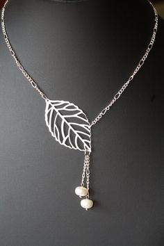 leaf and pearl necklace - short necklace - delicate necklace- leaf necklace - leaf jewelry - leaf and pearl - bridesmaid neckalce - wedding Metal Clay Jewelry, Leaf Jewelry, Cute Jewelry, Jewelry Crafts, Beaded Jewelry, Jewelry Accessories, Beaded Bracelets, Diy Necklace, Diy Earrings