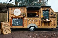For those who are planning to start a business of offering the eatables can go for this wood pallet Mobile Kitchen Kart which is not only unique, but also inexpensive to create. It can be taken anywhere and can be placed wherever a person wants. Coffee Carts, Coffee Truck, Coffee Shop, Food Trucks, Food Cart Design, Food Truck Design, Cafe Design, Outdoor Furniture Plans, Pallet Furniture